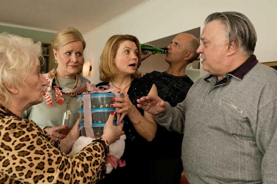 Renate (Carmen-Maja Antoni, l.) und Günter (Bernd Stegemann, r.) überreichen Schiegertochter Anne (Annette Frier, M.) ihr ganz persönliches Geburtstagsgeschenk.