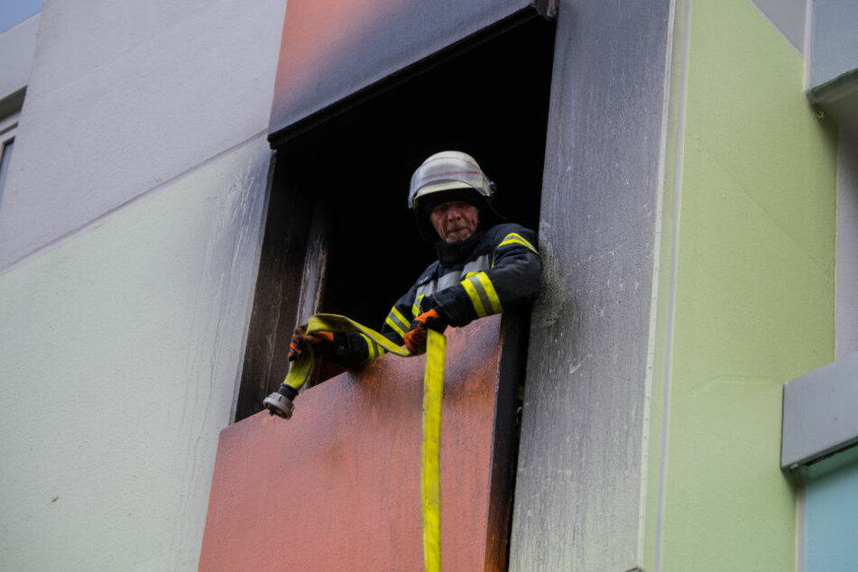 Die Feuerwehr hatte viele Menschen aus dem Haus gerettet.