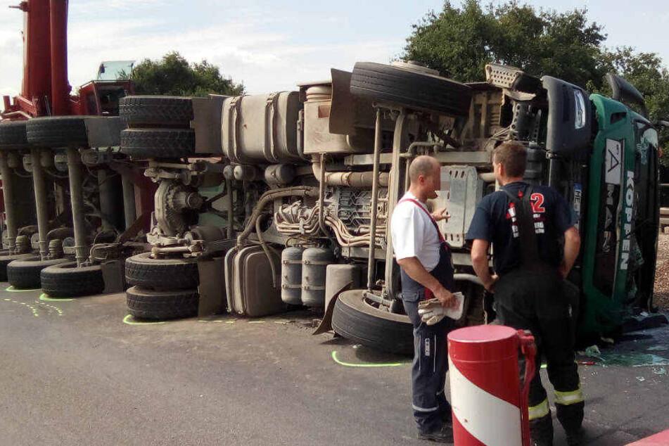 Infolge des Unfalls müssen beide Fahrbahnrichtungen vom Kies befreit werden.