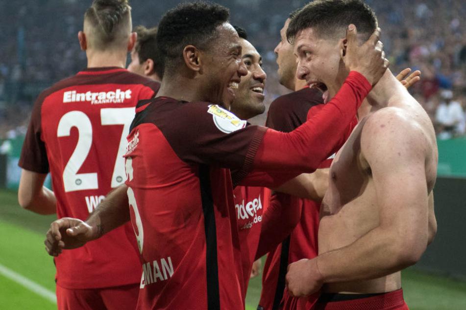 Luka Jovic (re.) erzielte per Hacke das entscheidende 1:0 für die Eintracht.