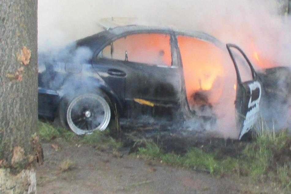 30-Jähriger crasht besoffen gegen Baum: Mercedes fängt Feuer