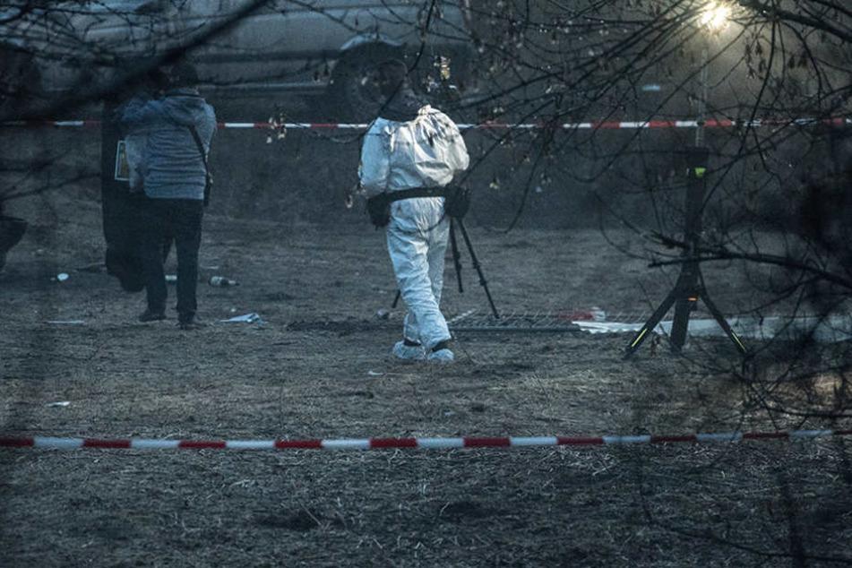 Polizisten sichern Spuren am Fundort einer Leiche.