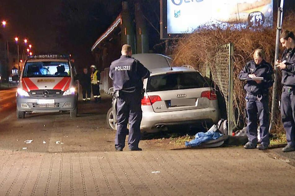 Der Audi krachte nach dem Unfall mit voller Wucht in den Zaun.