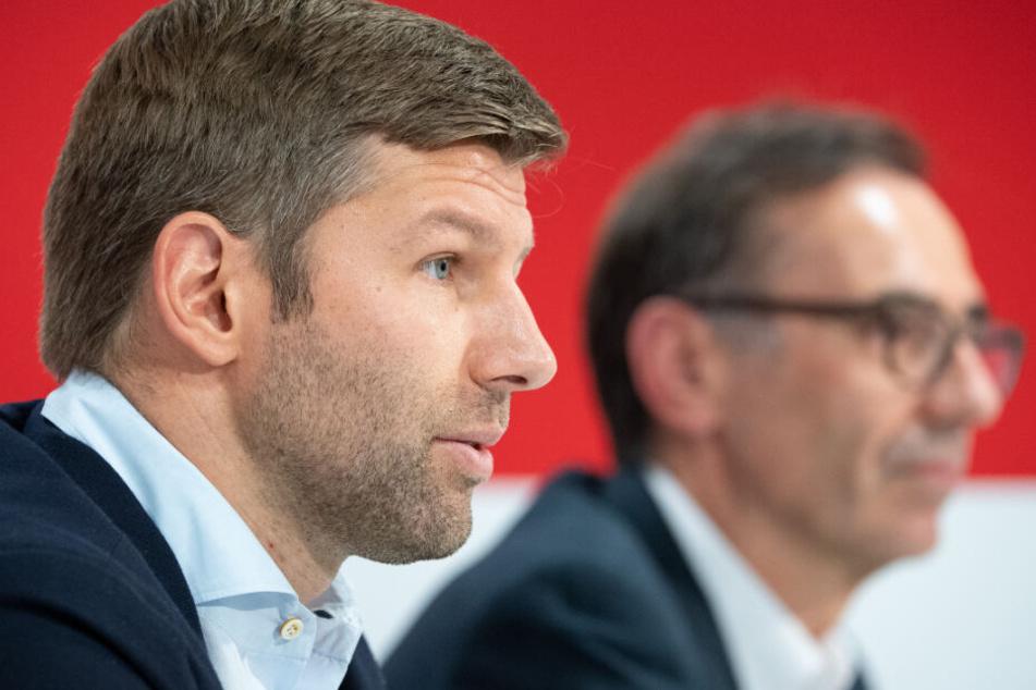Thomas Hitzlsperger (l), neuer Vorstandsvorsitzender des VfB Stuttgart, spricht während einer Pressekonferenz. Neben ihm sitzt Bernd Gaiser, Aufsichtsratschef des VfB.