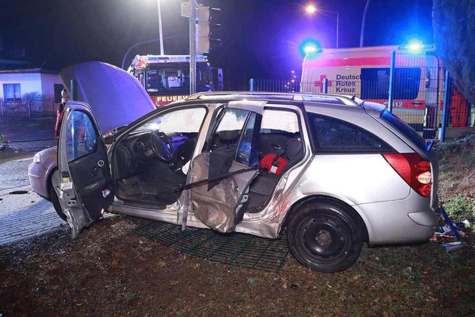 Der Renault wurde schwer beschädigt.