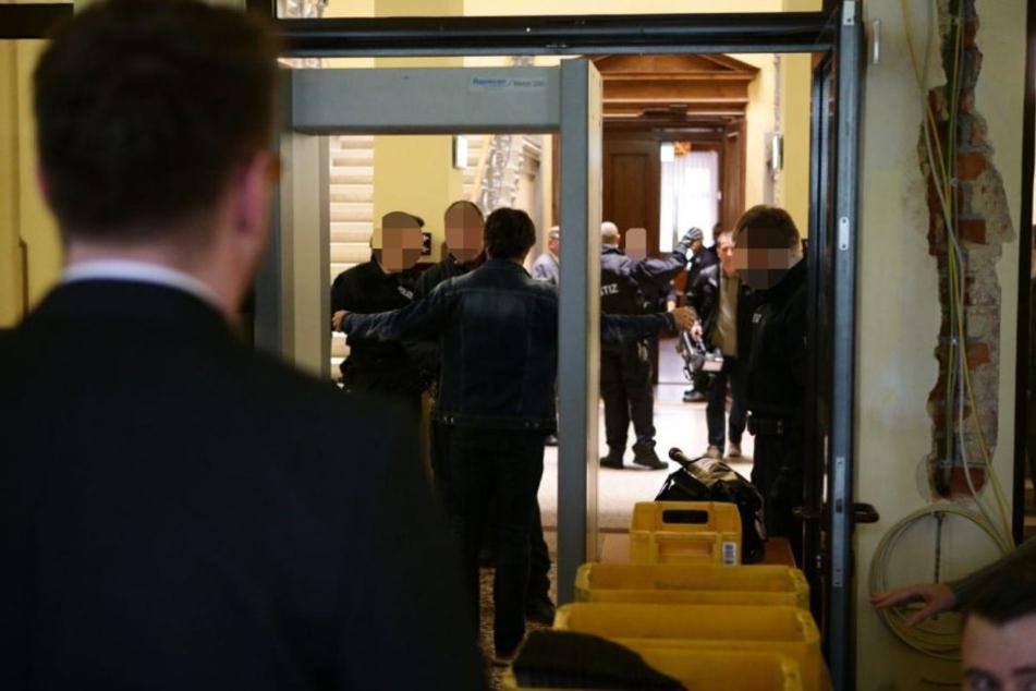 Besucher des Prozesses mussten durch zwei Sicherheitsschleusen.