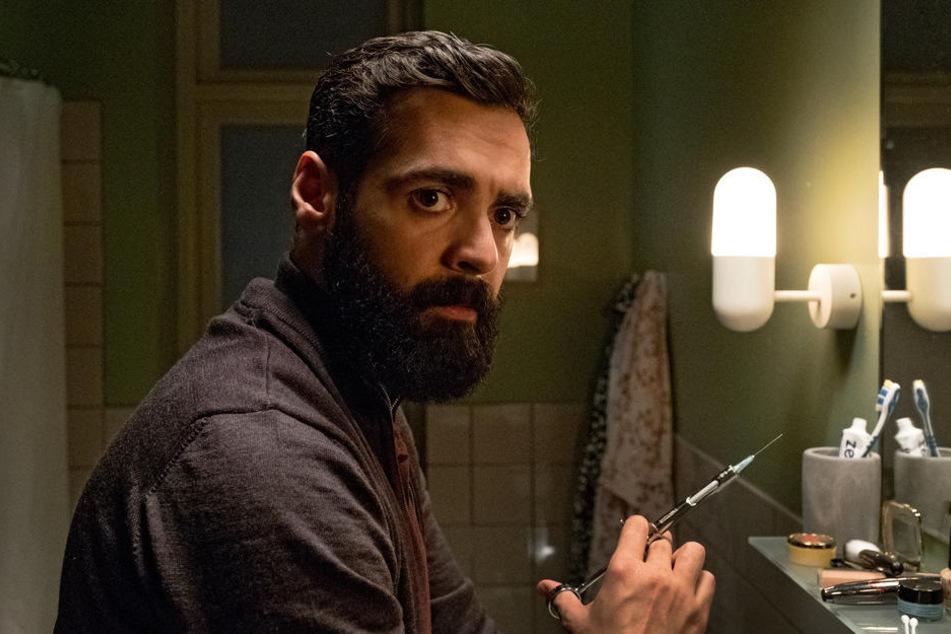 Iyad (Ardalan Esmali) präpariert im Badezimmer eine Spritze mit Betäubungsmittel, um Victoria außer Gefecht zu setzen.