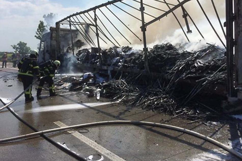 Einsatzkräfte der Feuerwehr sind derzeit noch immer mit den Löscharbeiten beschäftigt.