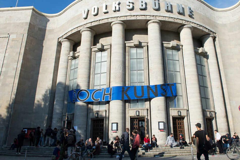 """""""Doch Kunst"""" steht am Freitag in Berlin auf dem Transparent an der Volksbühne."""