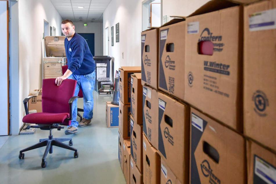 Mitarbeiter der Umzugsfirma müssen Hunderte Stühle abtransportieren.