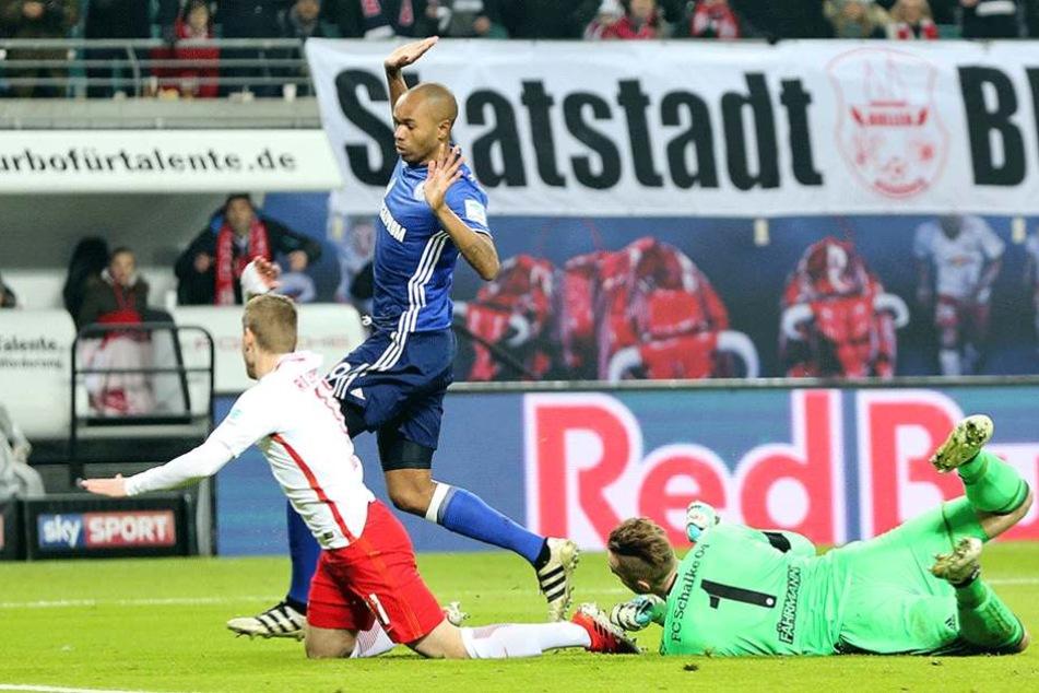Diese Szene zog den Zorn der Fans auf sich. Werner fiel gegen Schalke ohne jede Gegnerberührung.