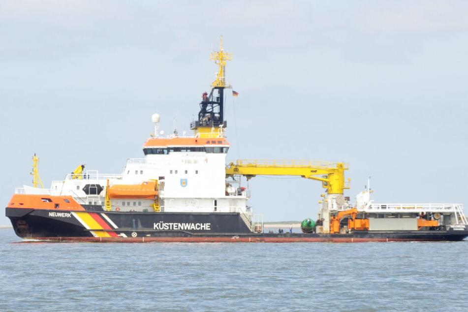 """Die """"Neuwerk"""" ist unterstützt durch zwei Schlepper im Einsatz vor Cuxhaven."""