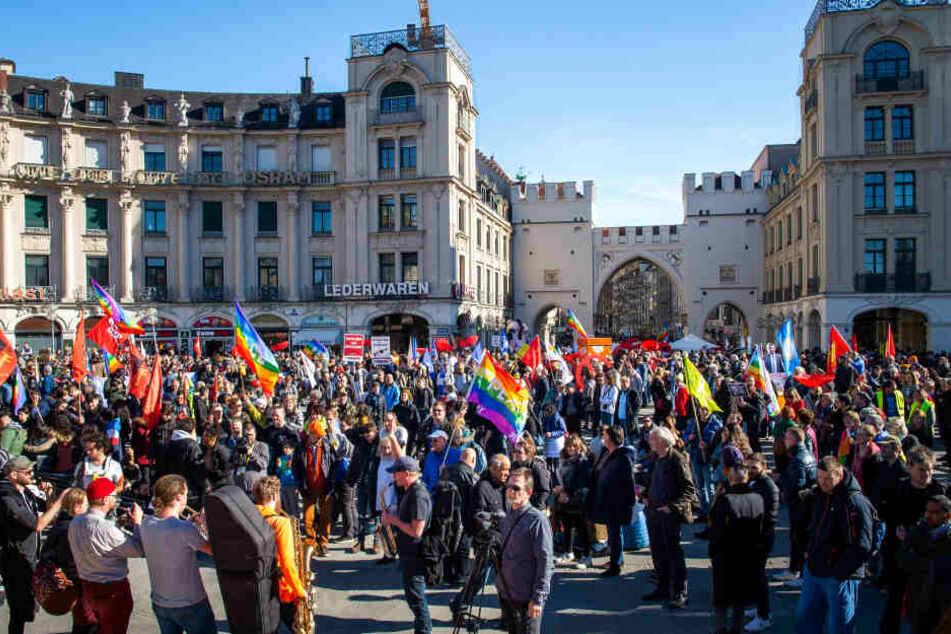 Die Teilnehmer der Demonstration sammeln sich auf dem Karlsplatz.