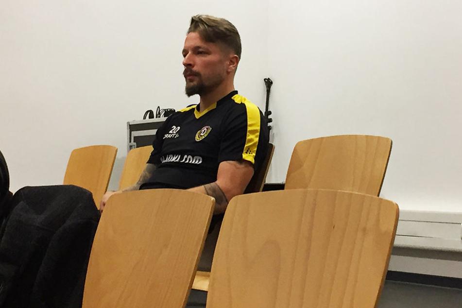 Dynamos Mittelfeldspieler Patrick Ebert schlich sich auf die Pressekonferenz und löcherte Mitspieler Jannis Nikolaou mit einer Frage.
