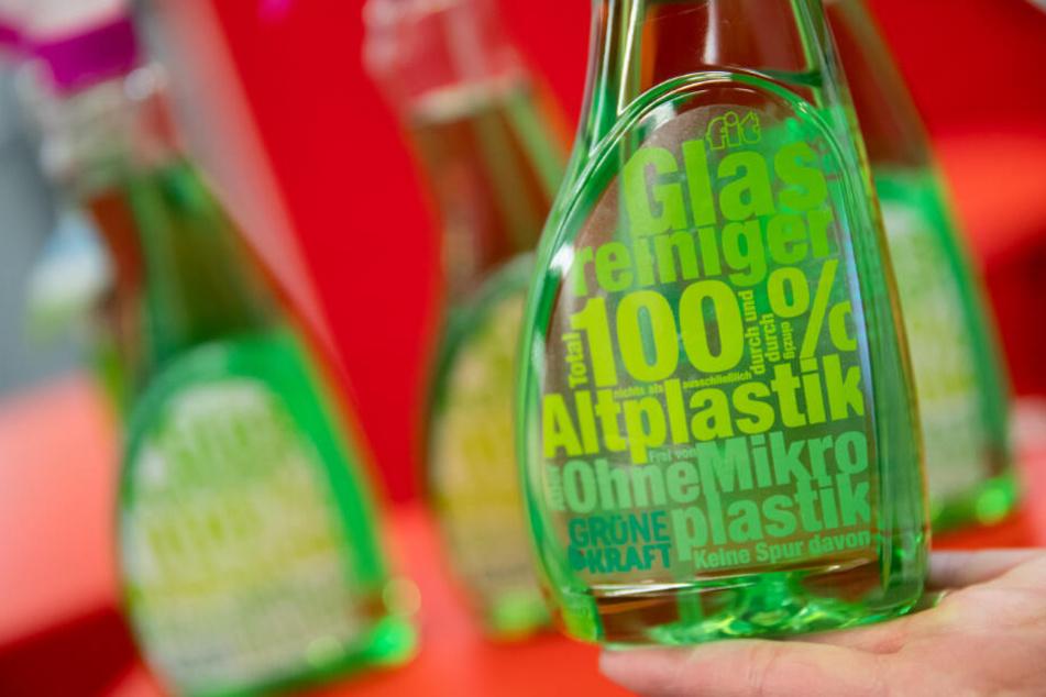 Eine Etikette aus Altplastik auf einer Flasche Glasreiniger aus Altplastik ist am Stand des deutschen Etikettenhersteller FS auf der Messe Biofach 2020 ausgestellt.