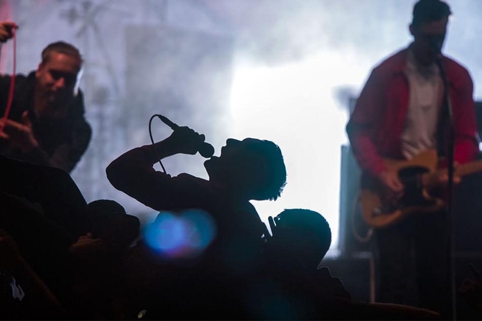 Anwohner rufen Feuerwehr | Erdbeben-Alarm bei Kraftklub-Konzert!