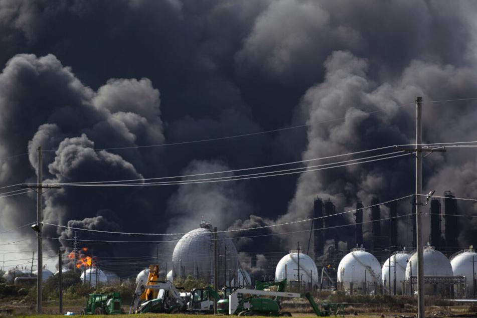 Rauch steigt nach einer Explosion in einem Chemiewerk auf.