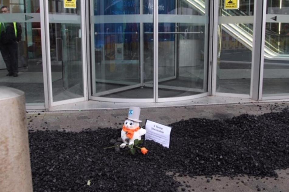 Die Protestler hatten Steinkohle vor die Uniper-Zentrale in Düsseldorf gestreut.