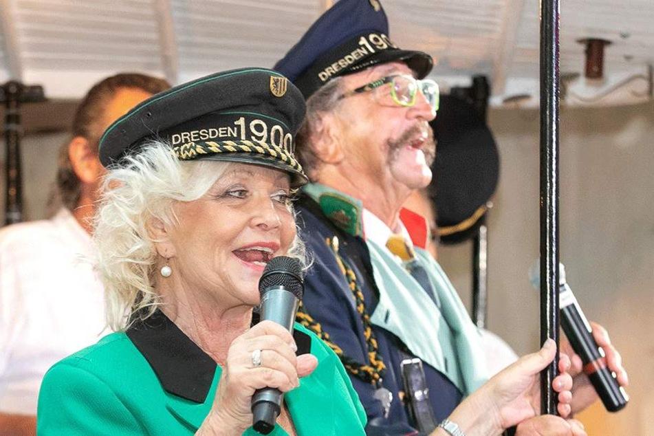 Gratulierten mit einem Ständchen in Schaffneruniform: Chansonette Dorit Gäbler (75) und Entertainer Karl-Heinz Bellmann (70).