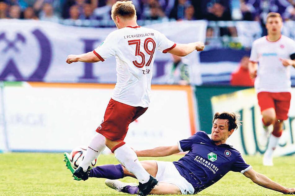 Vor zwei Jahren stand Clemens Fandrich (am Boden) beim 0:0 gegen Kaiserslautern noch auf dem Platz. Hier angelt er sich das Leder gegen Jean Zimmer