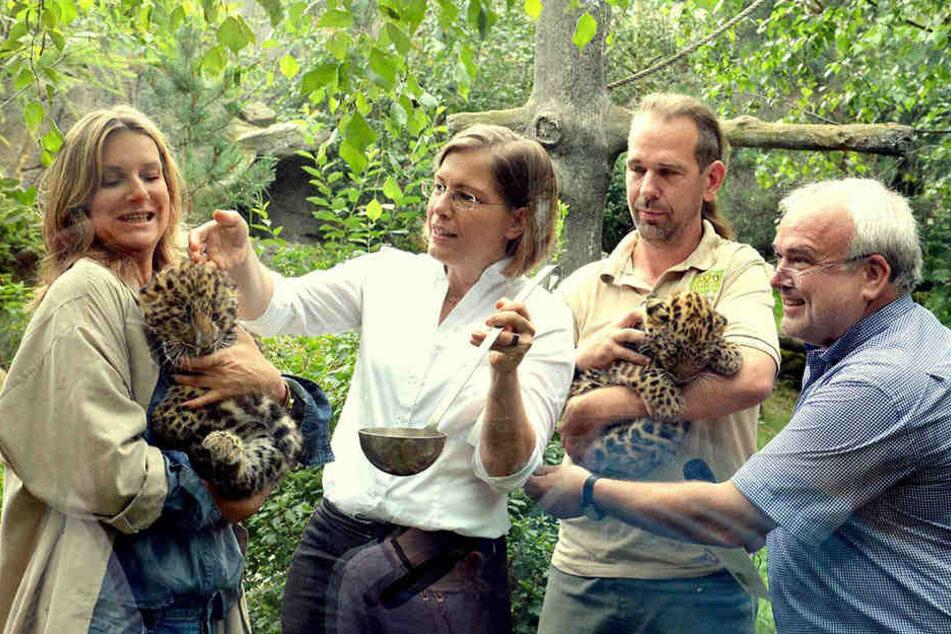 """Sängerin Kim Fisher mit ihrem Paten""""kind"""" Zivon, Kulturbürgermeisterin Jennike, Tierpfleger Thomas Günther mit Akeno und Zoo-Direktor Jörg Junhold."""