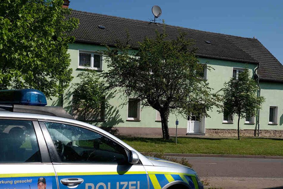 Das Haus in Brachstedt wurde von den Ermittlern versiegelt. Nach ersten Ermittlungen schoss der Ehemann wohl auf seine Frau.