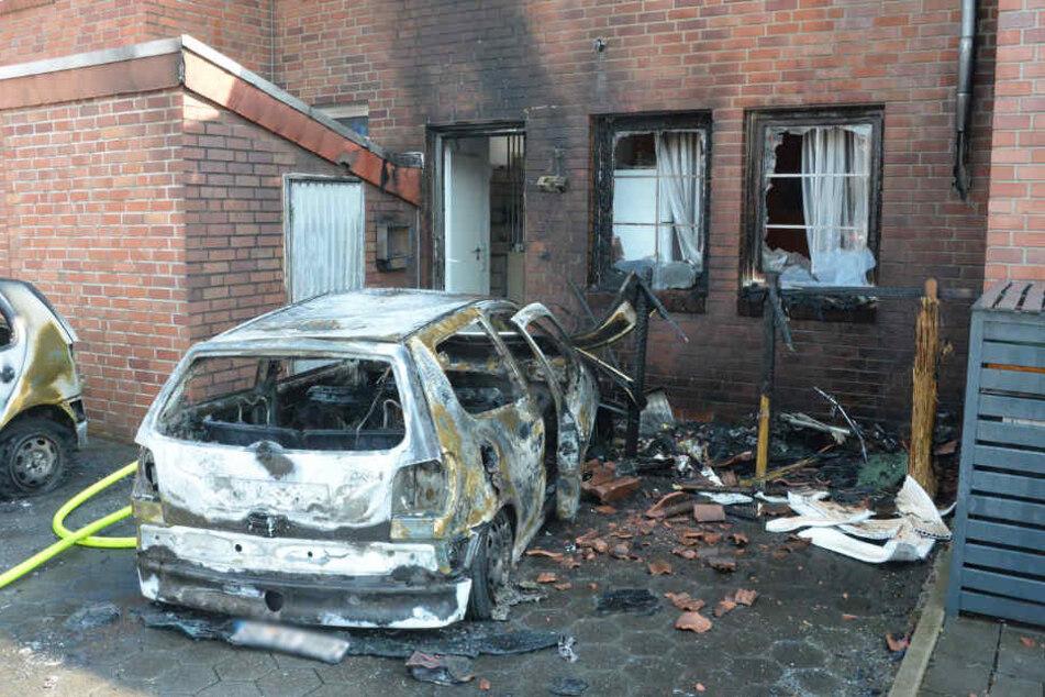 Die Flammen griffen von dem VW Polo auf das Reihenhaus über.
