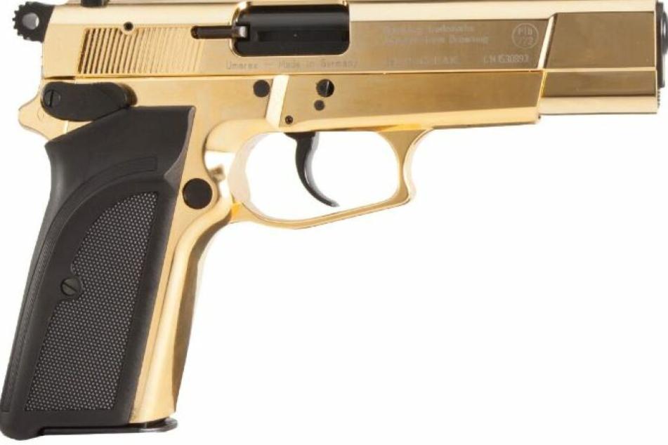Wer kennt jemanden, der in Besitz einer goldenen Waffe ist? Die Polizei sucht nach Zeugen.