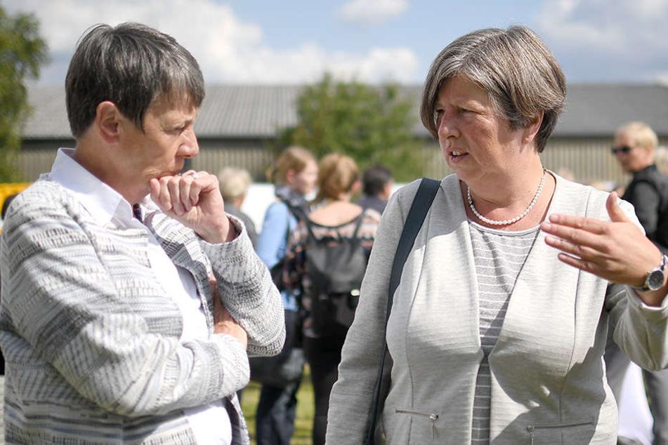 """Bundesbauministerin Barbara Hendricks (SPD) (l) und Stadtentwicklungssenatorin Katrin Lompscher (Linke) unterhalten sich über das Projekt """"Tower THF""""."""