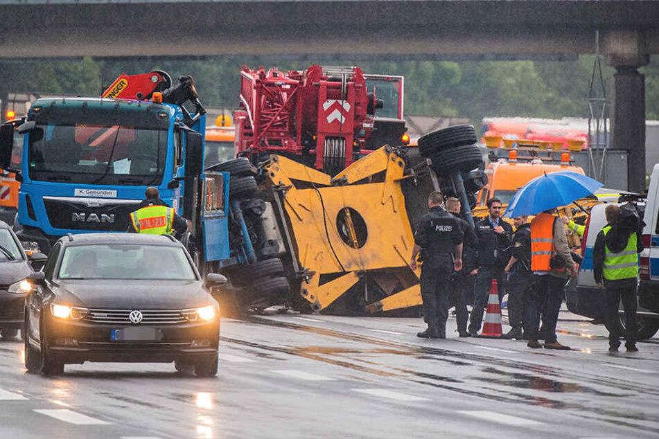 Der Anhänger sollte einen Kran transportieren, doch kippte bei einem Unfall um.