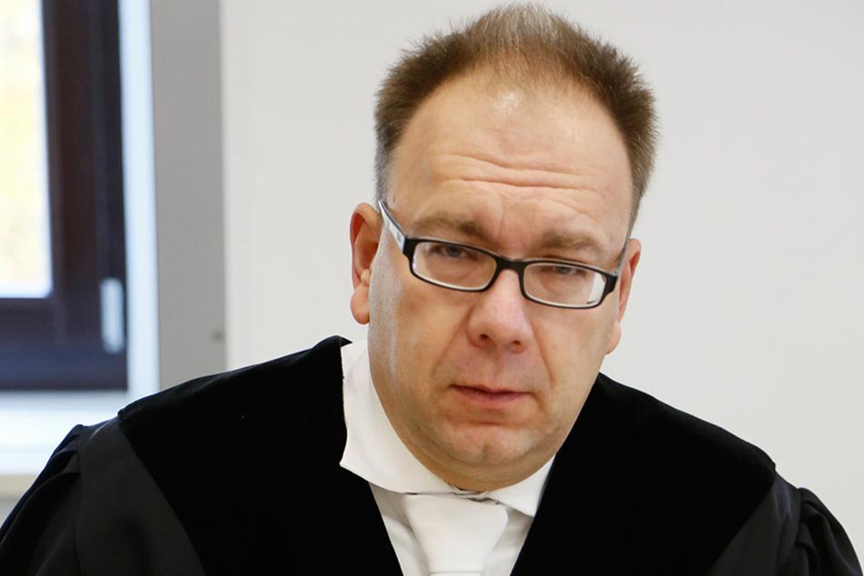 Staatsanwalt Stephan Butzkies (48) will wissen, wofür Geld an Zeugen gezahlt  wurde.