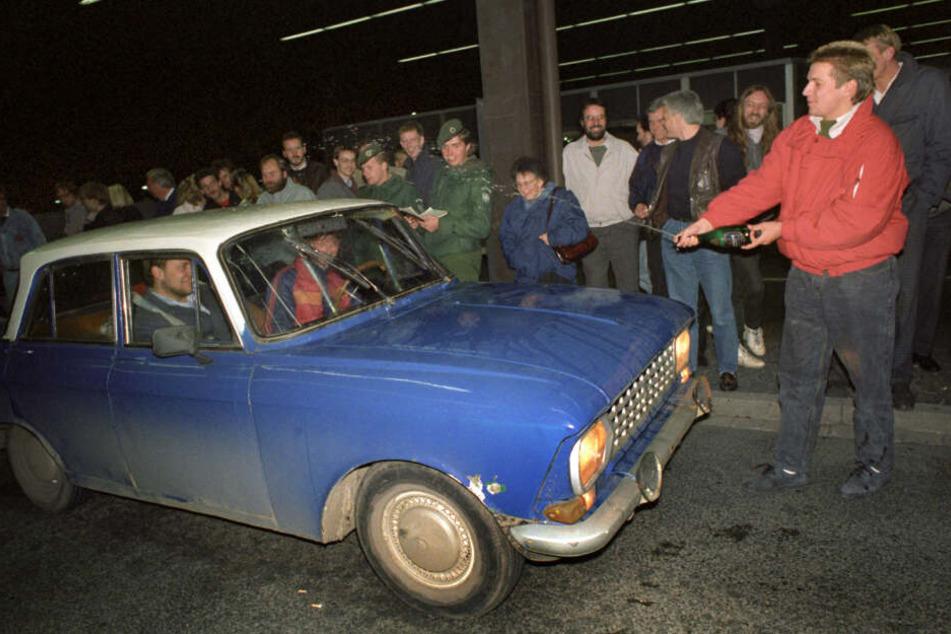 Ankunft von DDR-Bürgern am 10.11.1989 am Grenzübergang Helmstedt. Hier werden sie mit Sekt begrüßt. Die Tage nach dem Mauerfall vor 30 Jahren waren geprägt von Freude, Hilfsbereitschaft - und streckenweise auch von Chaos.