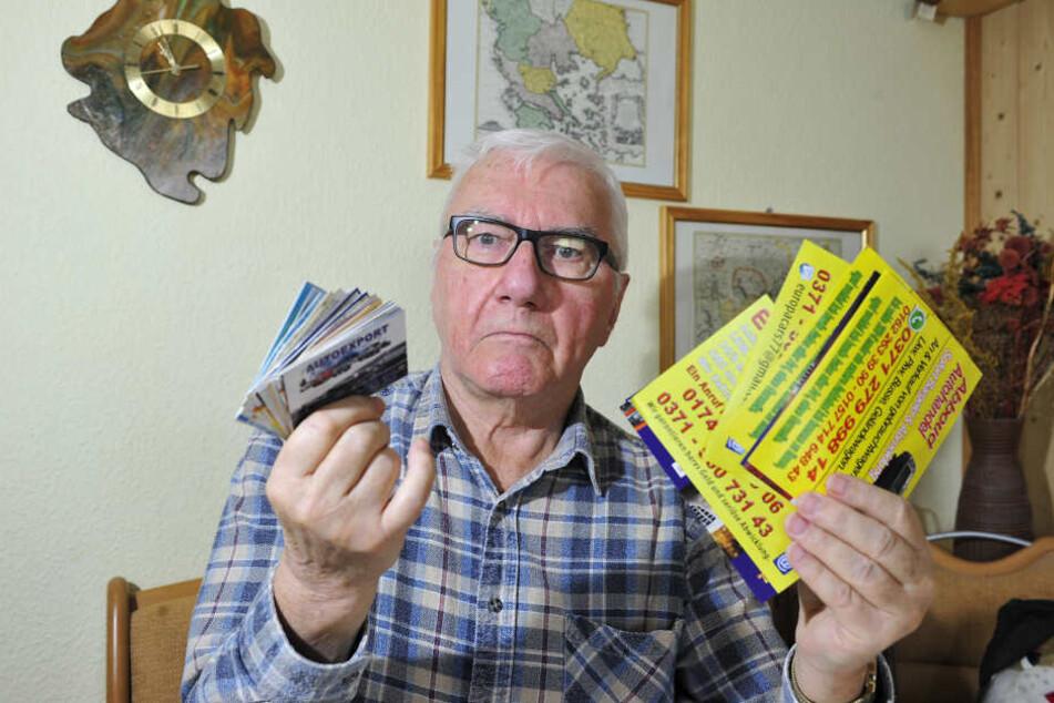 Sauer auf die unerlaubte Reklame: Werner Klemm (74) hat diesen Stapel Werbekärtchen seit Juni gesammelt.