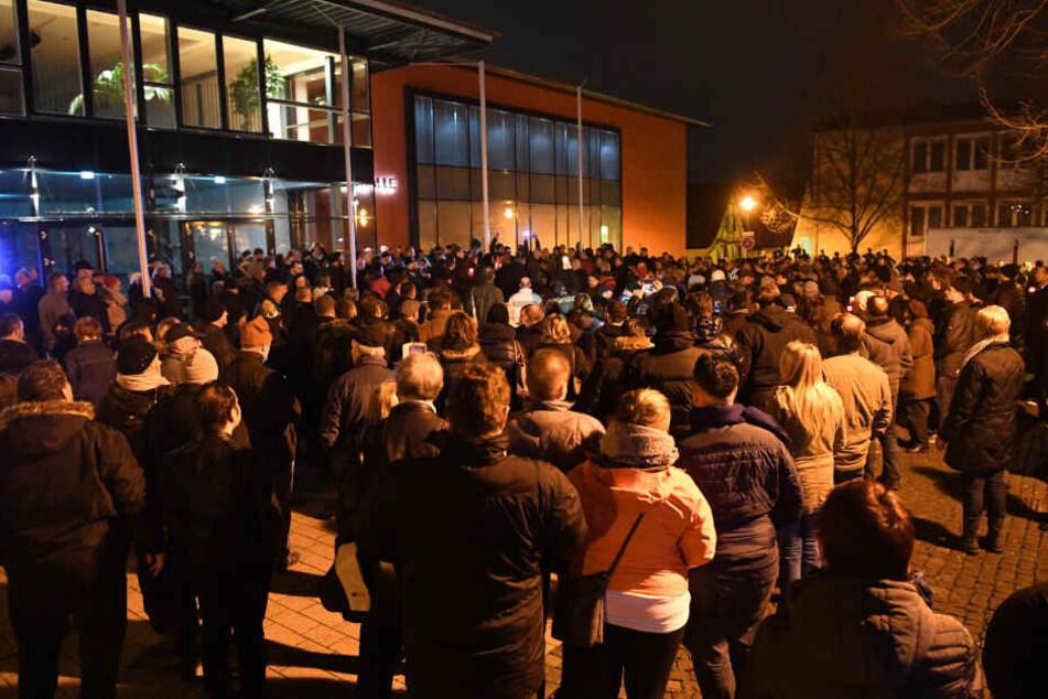 Rund 400 Menschen nahmen an dem Schweigemarsch durch Kandel teil.