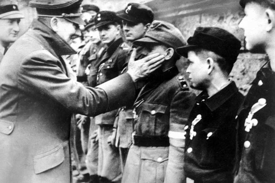 Adolf Hitler schickt in den letzten Kriegstagen Jungs der Hitlerjugend als Volkssturmeinheiten in den Tod.