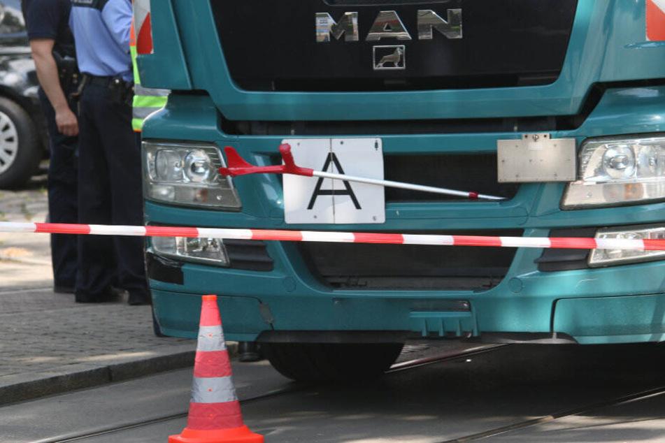 Fußgängerin wird von Lkw erfasst und stirbt