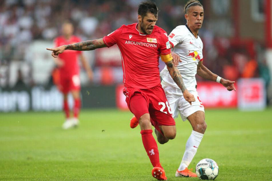 Berlins Christopher Trimmel (l) kämpft gegen Leipzigs Yussuf Poulsen um den Ball.