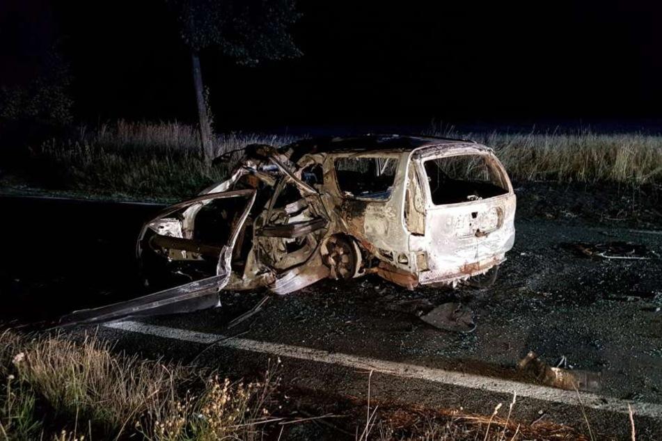 Das Auto brannte nach dem Aufprall komplett aus.