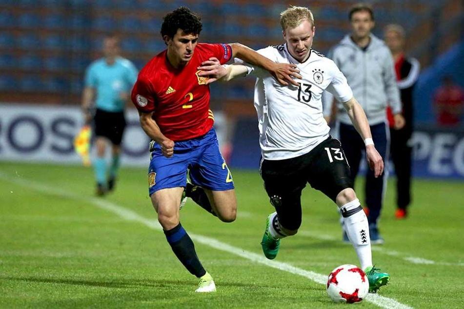Jugend-Nationalspieler Mateu Morey im Zweikampf mit Hertha-Juwel Dennis Jastrzembski.