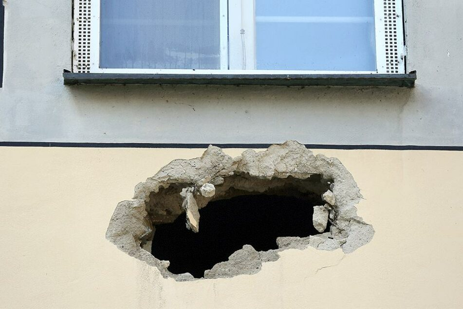 Sie hinterließen ein Loch in der Hauswand.