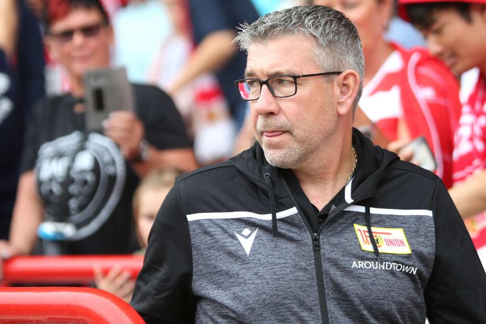 Berlins Trainer Urs Fischer schaut mit ernstem Blick über die Schulter. (Archivbild)