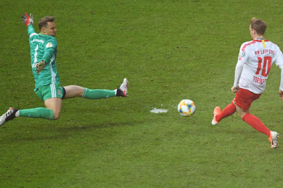 Manuel Neuer (l.) verhinderte mit einer starken Tat einen Treffer von Emil Forsberg (r.).
