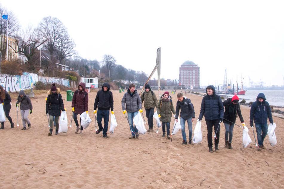 """Teilnehmer des Freiwilligen Ökologischen Jahres hatten sich im Rahmen der Aktion """"Hamburg räumt auf"""" den Elbstrand bei Övelgönne vorgeknöpft."""