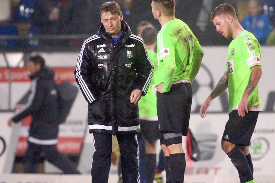Sprachlos, ratlos, fassungslos. CFC-Trainer Köhler und seine Spieler nach der Niederlage in Lotte.