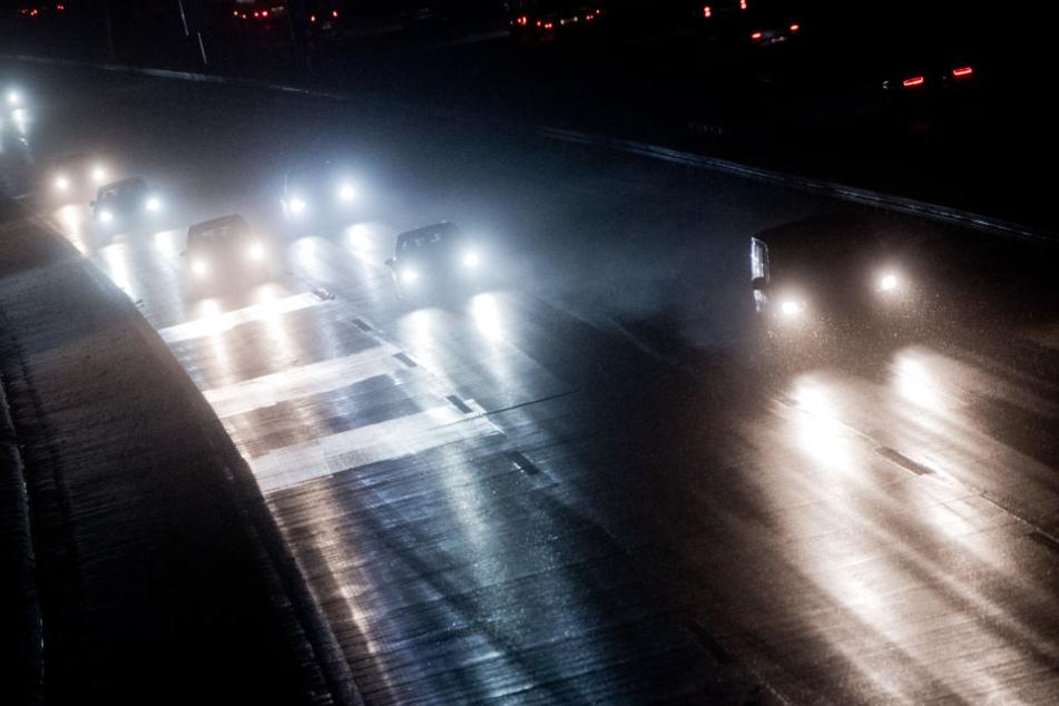 Ein 21-jähriger Mann aus Mainz ist auf der A2 bei Magdeburg von einem Lkw erfasst und getötet worden.