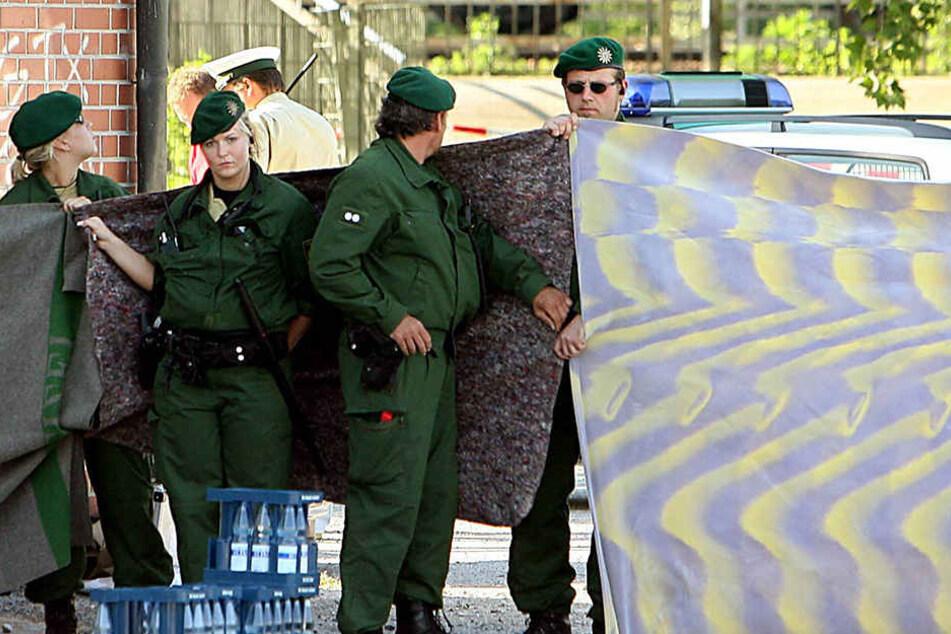 Polizisten sichern am 25. April 2007 den Tatort ab. Nachträglich ausgewertete Handydaten führen plötzlich in die Islamistenszene.