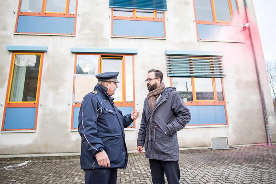 Justizminister Sebastian Gemkow (39, r.) lässt sich von Polizeichef Bernd Merbitz erklären, wie die Täter auf das Gelände kamen.