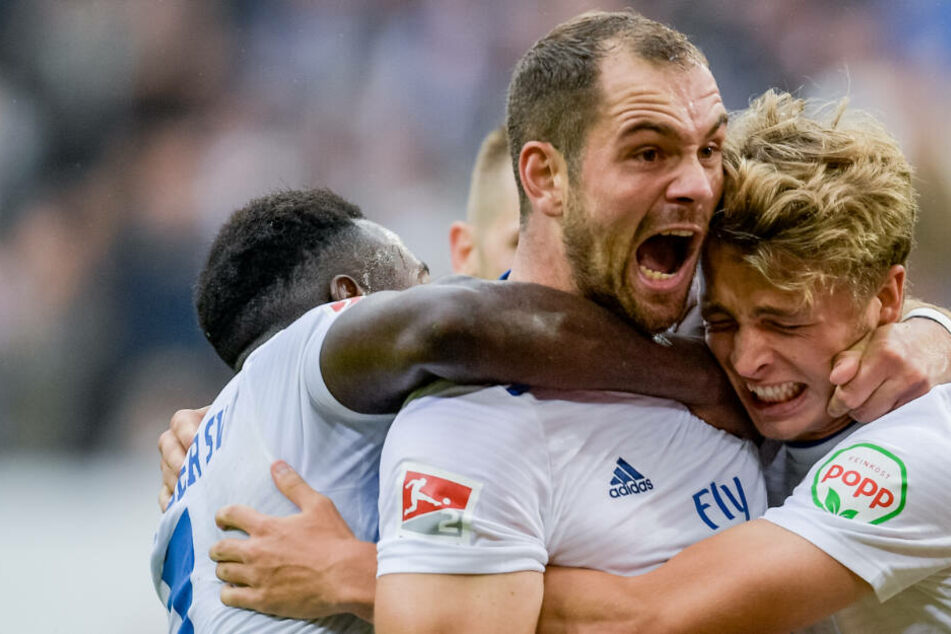 Solche Szenen will der HSV auch gegen Bielefeld zeigen: Pierre-Michel Lasogga (Mitte) feiert einen Treffer mit seinen Mannschaftskameraden.