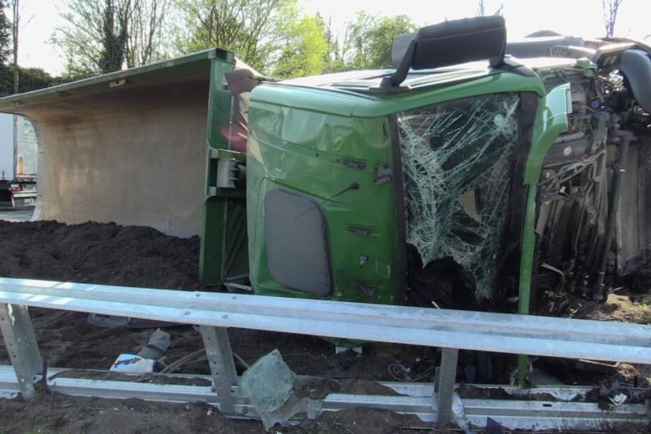 Der Lkw-Fahrer schwebt nach dem Unfall in Lebensgefahr.