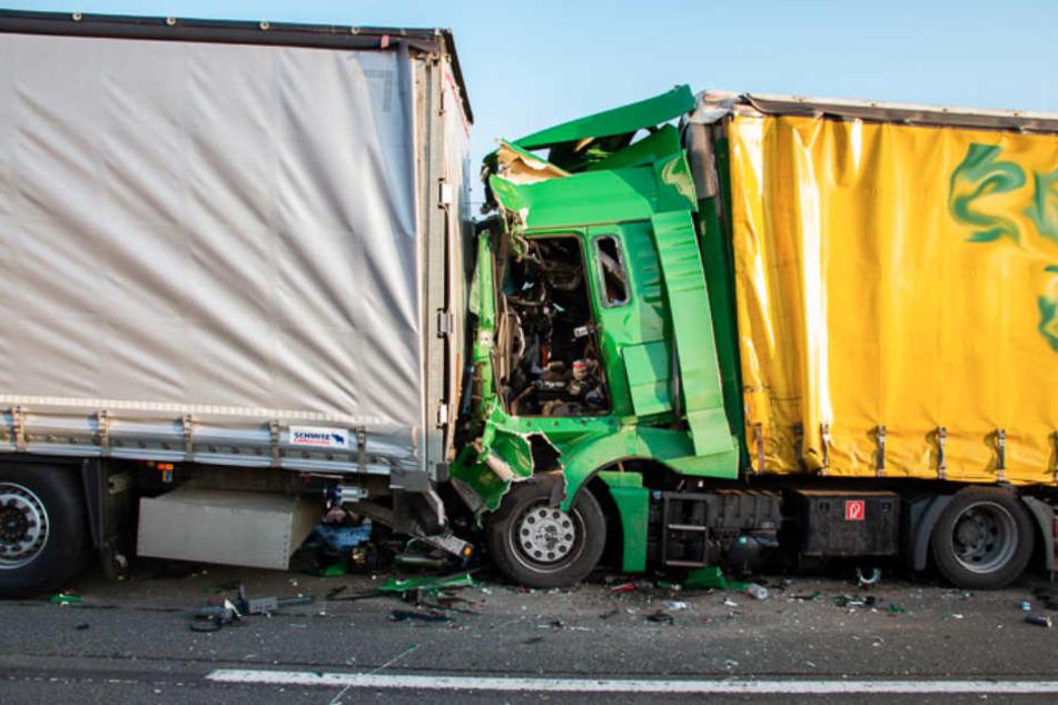 Tödlicher Unfall auf A2: Lkw-Fahrer übersieht Stauende